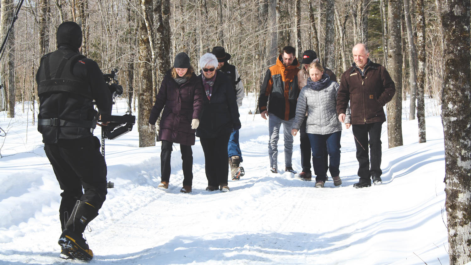 Here are the participants of the final episode of the show Diner à a Ferme au Canada 2 , we can see the DOP with is seadycam performing a backward travelling in the forest in winter.
